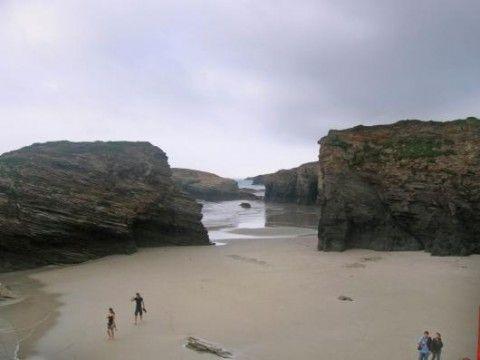 Blick auf den von Felsen eingefassten Strand