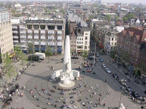 Auf dem Dam vor dem Palast der niederländischen Königsfamilie starten viele Amsterdamer in das neue Jahr