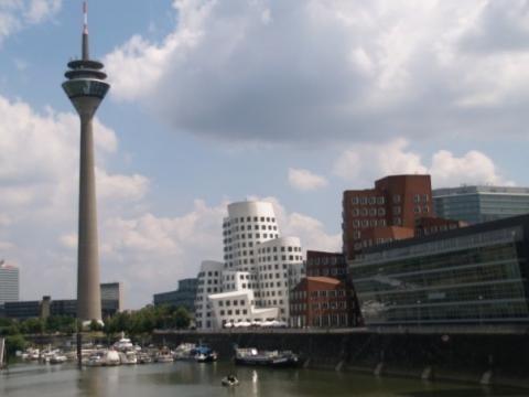 Düsseldorf Hafen: Die Gehry Bauten und der Fernsehturm
