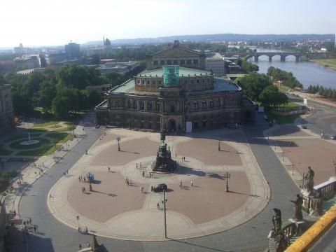 Zum Feuerwerk trifft man sich in Dresden am Theaterplatz
