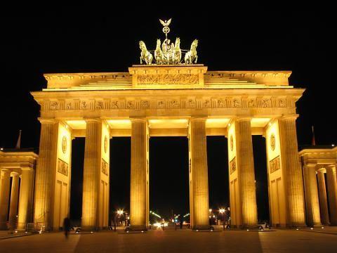 In Berlin feiert man Silvester auf der 2km langen Partymeile, die bis zum Brandenburger Tor geht